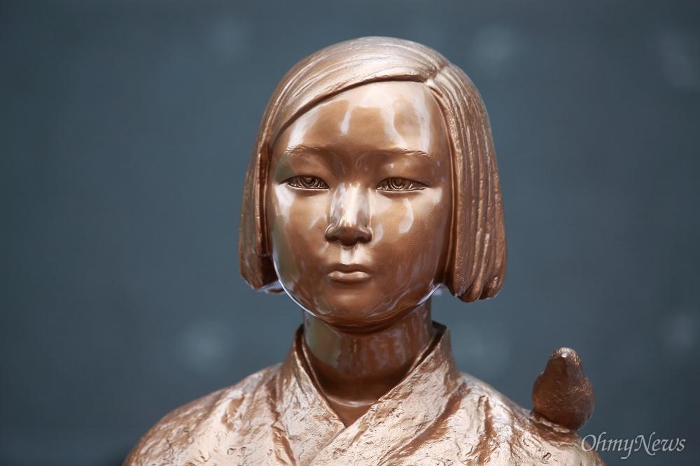 서울 종로구 일본대사관앞에 세워진 평화의 소녀상.