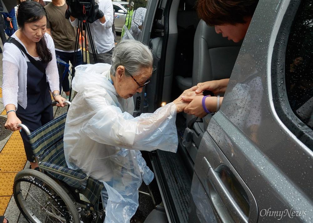 1인 시위 마치고 떠나는 김복동 할머니 일본군'위안부' 피해 생존자 김복동 할머니(92세)가 3일 오전 종로구 외교통상부앞에서 화해치유재단 즉각 해산을 촉구하는 1인 시위를 마친 뒤 떠나기 위해 차에 타고 있다. 일본군성노예제 문제해결을 위한 정의기억연대와 시민단체들은 박근혜 정부 당시인 2015년 한일합의 무효와 일본정부의 사죄와 배상을  촉구하고 있으나, 화해치유재단의 해산 없이는 한걸음도 나아갈 수 없다고 밝혔다.