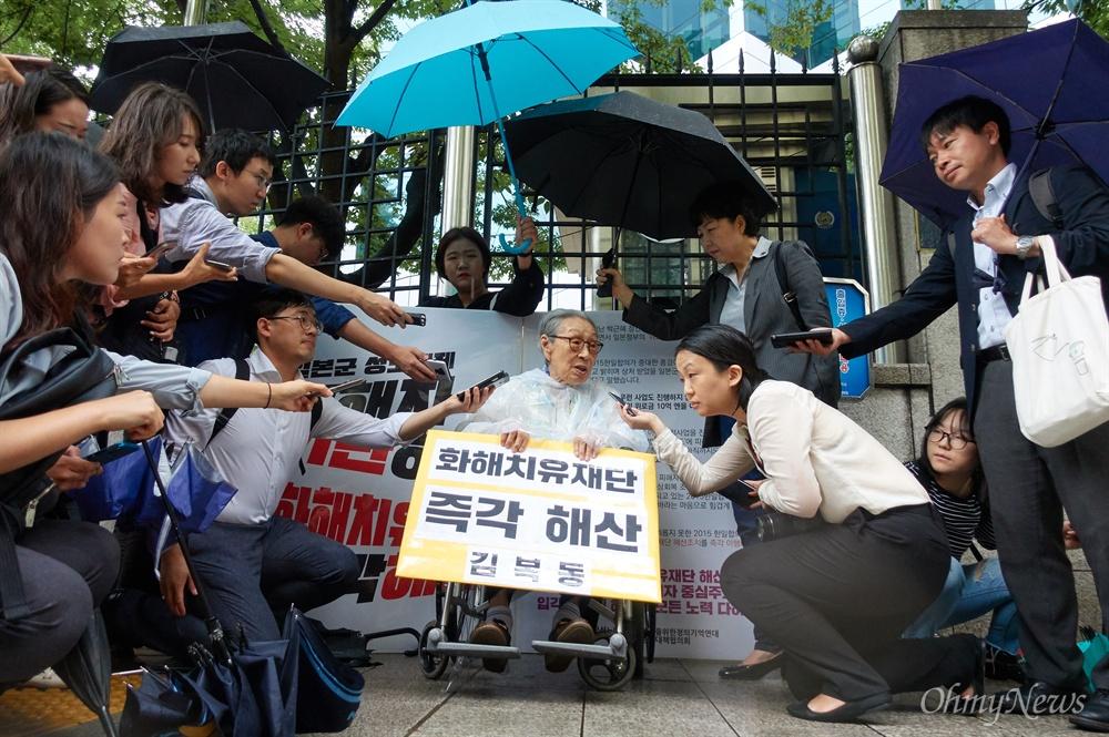 '화해치유재단 해산하라' 92세 김복동 할머니 1인 시위 일본군'위안부' 피해 생존자 김복동 할머니(92세)가 3일 오전 종로구 외교통상부앞에서 화해치유재단 즉각 해산을 촉구하는 1인 시위를 벌이고 있다. 일본군성노예제 문제해결을 위한 정의기억연대와 시민단체들은 박근혜 정부 당시인 2015년 한일합의 무효와 일본정부의 사죄와 배상을  촉구하고 있으나, 화해치유재단의 해산 없이는 한걸음도 나아갈 수 없다고 밝혔다.