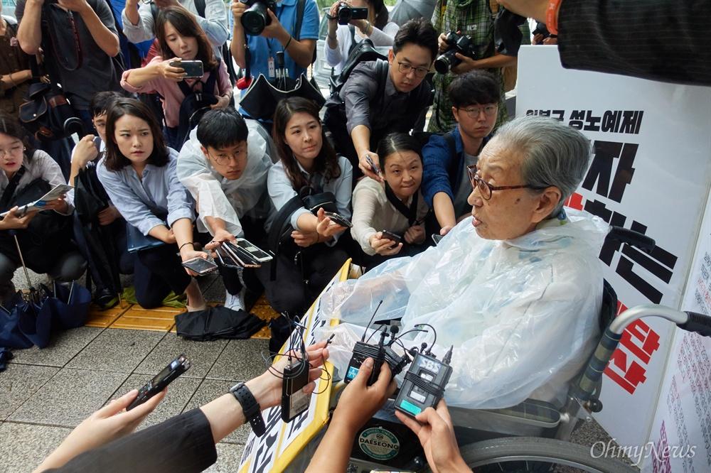귀 기울이는 기자들 일본군'위안부' 피해 생존자 김복동 할머니(92세)가 3일 오전 종로구 외교통상부앞에서 화해치유재단 즉각 해산을 촉구하는 1인 시위를 벌이고 있다. 일본군성노예제 문제해결을 위한 정의기억연대와 시민단체들은 박근혜 정부 당시인 2015년 한일합의 무효와 일본정부의 사죄와 배상을  촉구하고 있으나, 화해치유재단의 해산 없이는 한걸음도 나아갈 수 없다고 밝혔다.