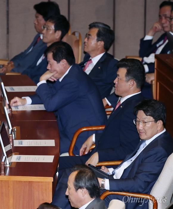 민주당 쳐다보는 권성동 의원 권성동 자유한국당 의원이 3일 오후 서울 여의도 국회 본회의장에서 열린 정기국회 개회식에서 문희상 국회의장의 개회사를 듣던 도중 더불어민주당 의석을 쳐다보고 있다.