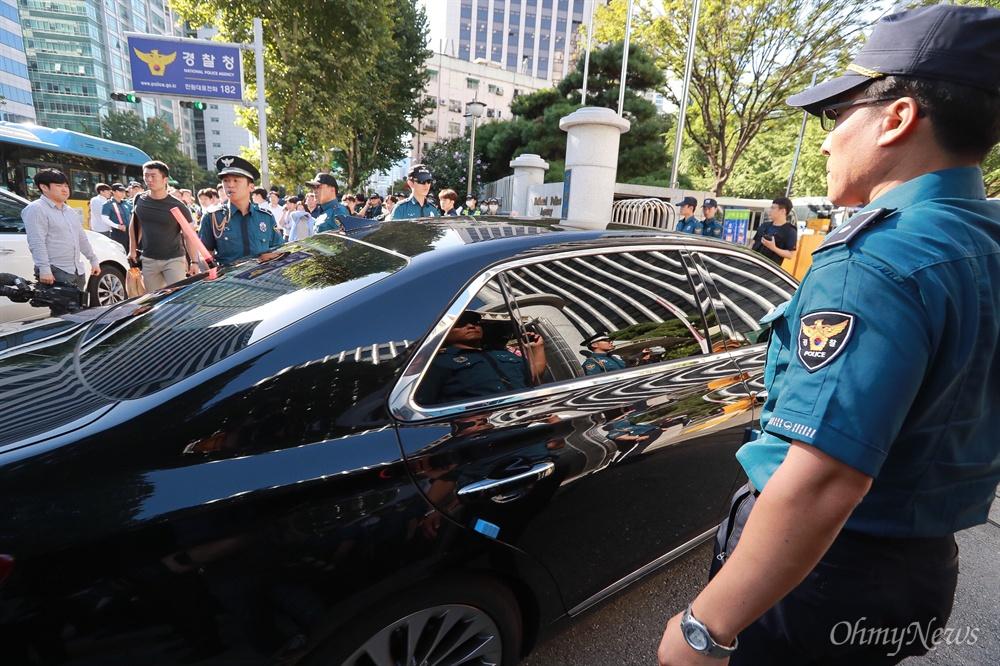 댓글공작 관련 소환조사를 받는 조현오 전 경찰청장이 탄 승용차가 5일 오전 서대문구 경찰청에 도착하고 있다. 경찰은 조 전청장의 소환에 대비해 경찰 수백명을 청사 주위에 배치했다.
