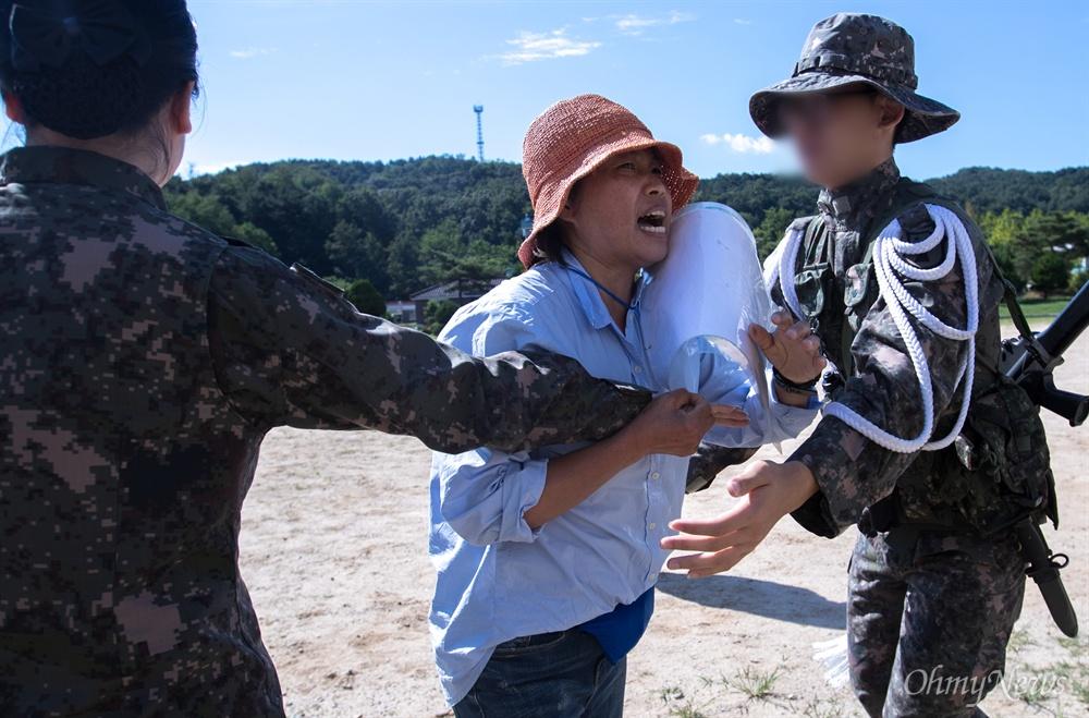 훈련병 수료식이 예정 되어 있는 충남 세종시 한 부대 앞에서 6일 오전 군피해자 고 조성현 일병의 어머니 이근옥씨가 기자회견을 열고 아들의 죽음에 대해 호소 하고 있다.