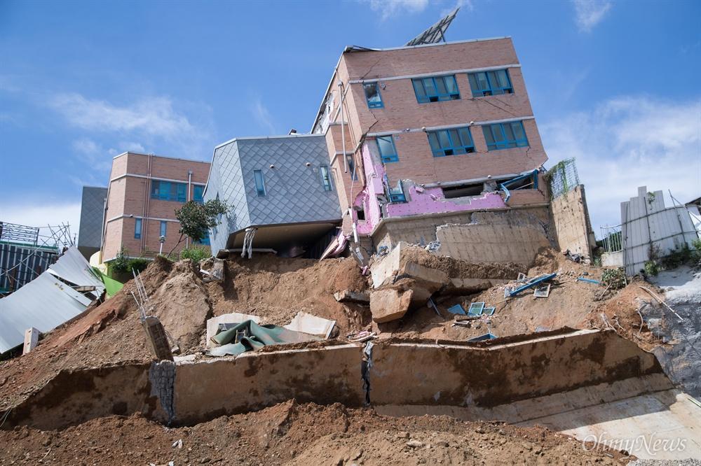 처참하게 무너진 상도유치원 7일 오전 서울 동작구 상도유치원이 인근 주택가 흙 막이가 무너져 건물이 기울어지며 붕괴되어 위태로운 상황이다.
