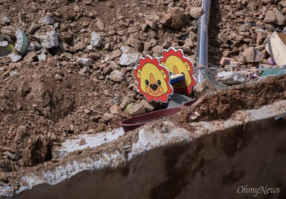 7일 오전 서울 동작구 상도유치원 인근 주택가 흙 막이가 무너졌다. 이로 인해 상도유치원 일부가 붕괴되어 위태로운 상황이다.