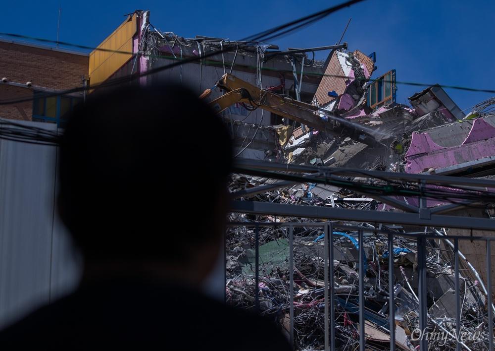 10일 오전 서울 동작구 상도유치원에서 지반이 무너지며 붕괴된 건물의 일부분을 철거하고 있다.