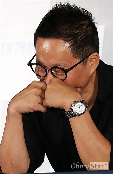 '협상' 이종석 감독 이종석 감독이 10일 오후 서울 용산CGV에서 열린 영화 <협상> 시사회에서 얼굴을 가린채 웃고 있다. <협상>은 최고의 협상가와 사상 최악의 인질범의 일생일대 협상을 통해 추악한 내면을 고발하는 범죄 오락 영화다. 19일 개봉.