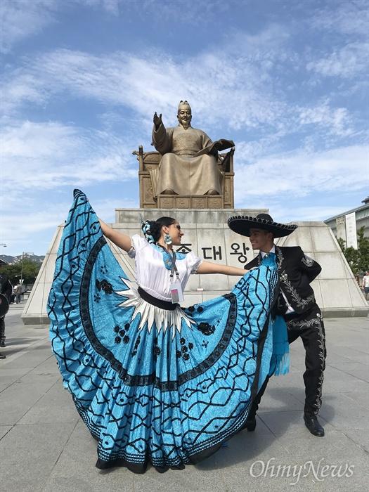11일 오후 서울 광화문 광장에 세계 각지에서 온 무용수들이 천안흥타령 춤축제2018 쇼케이스에 참석하고 있다.
