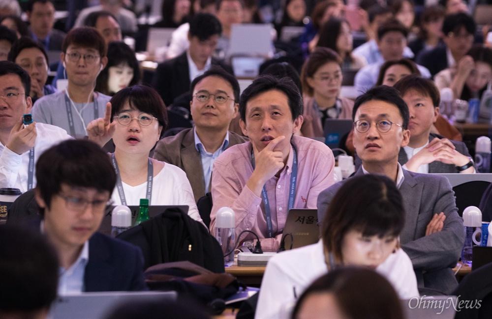 남북정상회담을 위해 문재인 대통령이 평양에 도착한 18일 오전 서울 동대문구 DDP에 마련된 2018남북정상회담평양 프레스센터에 문 대통령이 도착하는 장면이 생중계 되자 화면으로 기자들의 이목이 집중되고 있다.