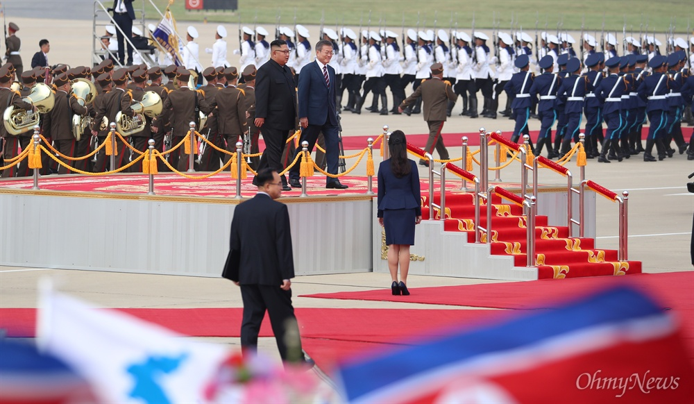 2018 남북정상회담을 위해 18일 오전 평양 순안공항에 도착한 문재인 대통령이 김정은 국무위원장과 함께 평양시민들의 환영을 받고 있다.