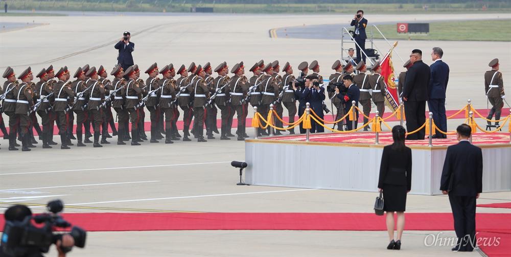 2018 남북정상회담을 위해 18일 오전 평양 순안공항에 도착한 문재인 대통령이 김정은 국무위원장과 함께 의장대를 사열하고 있다.