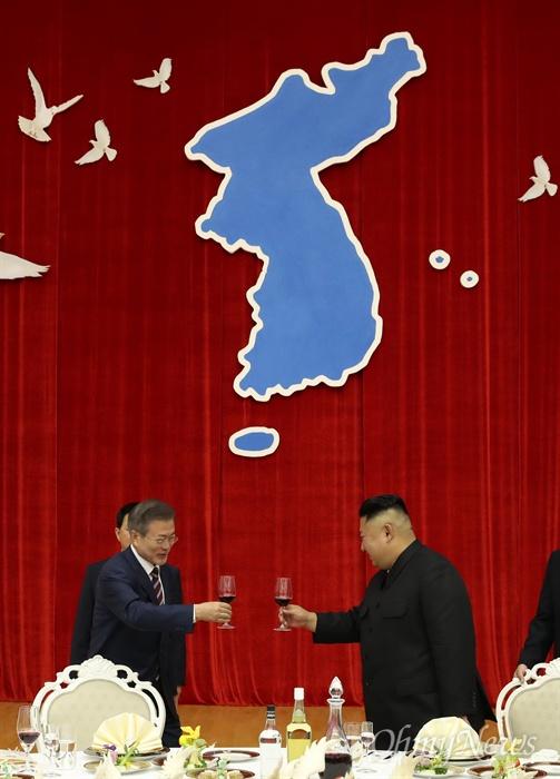 건배하는 문재인 대통령과 김정은 위원장 문재인 대통령과 김정은 국무위원장이 18일 오후 평양 목란관에서에서 남북정상회담 환영 만찬에서 건배하고 있다.