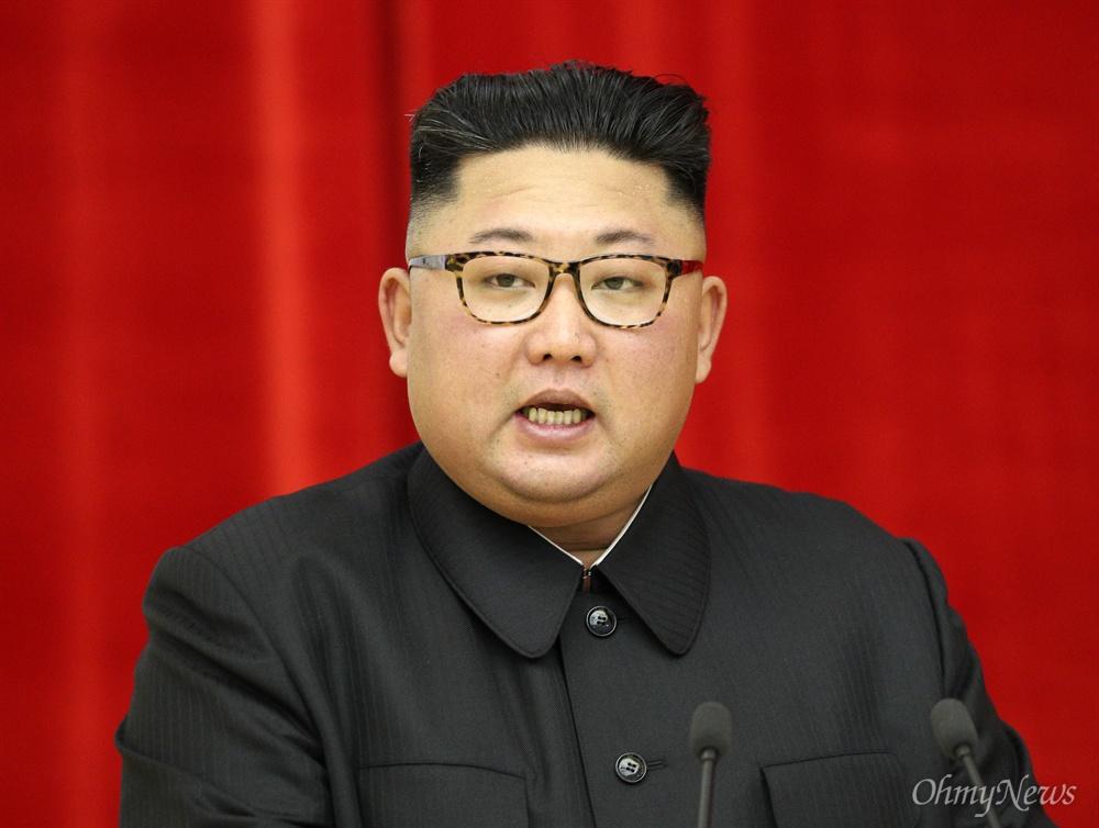 만찬사하는 김정은 위원장 김정은 국무위원장이 18일 오후 평양 목란관에서 남북정상회담 환영 만찬사를 하고 있다.