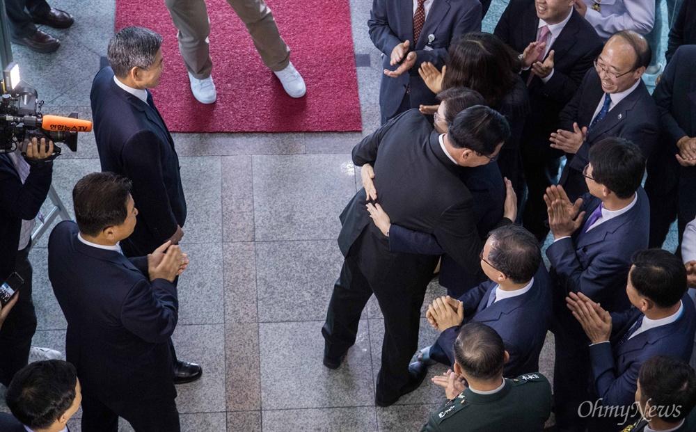 송영무 국방부 장관이 21일 오후 서울 용산구 국방부에서 이취임식을 마치고 떠나며 최현수 대변인과 포옹을 하고 있다.