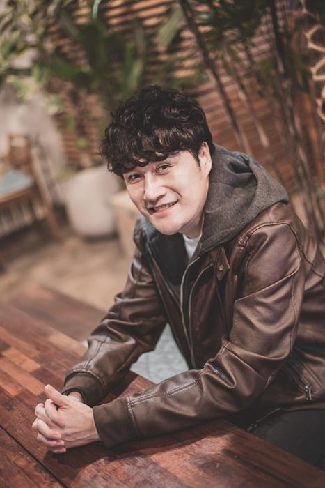 <인터뷰>의 인터뷰로 만난 김수용 뮤지컬 배우 김수용의 사진. 그는 다양한 작품에서 다양한 배역을 맡으며 굳건하게 자기 영역을 개척해 온 인물이다. 독특한 음색, 화려한 고음 등 여러 매력을 지닌 배우이지만, 무엇보다 '상대 배우'에 맞춰서 연기하는 게 그의 최대 장점이다.