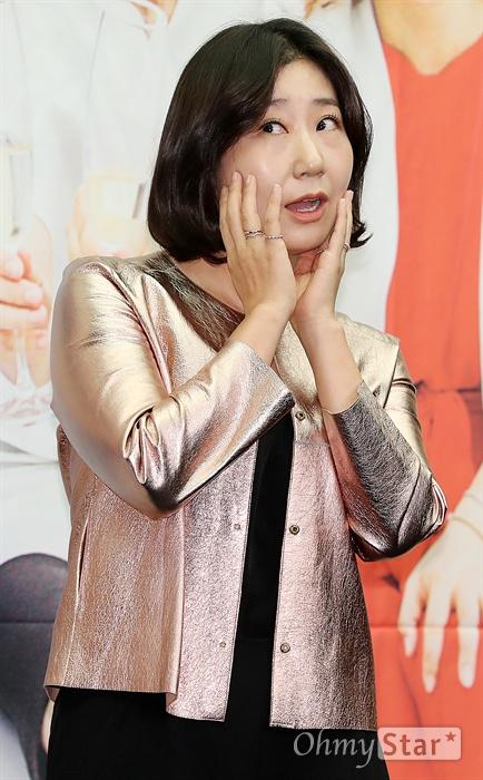 '주말사용설명서' 라미란, 매력 보스 라블리 배우 라미란이 28일 오전 서울 상암동의 한 호텔에서 열린 tvN 새 주말 버라이어티 <주말사용설명서> 제작발표회에서 포토타임을 갖고 있다. <주말사용설명서>는 제대로 놀 줄 아는 네 명의 연예인이 뭉쳐 주말을 그냥 보내고 싶지 않은 사람들을 위해 한 번쯤 꼭 따라하고 싶은 핫한 주말 활용법을 제안하는 예능 프로그램이다. 30일 일요일 오후 6시 10분 첫 방송.