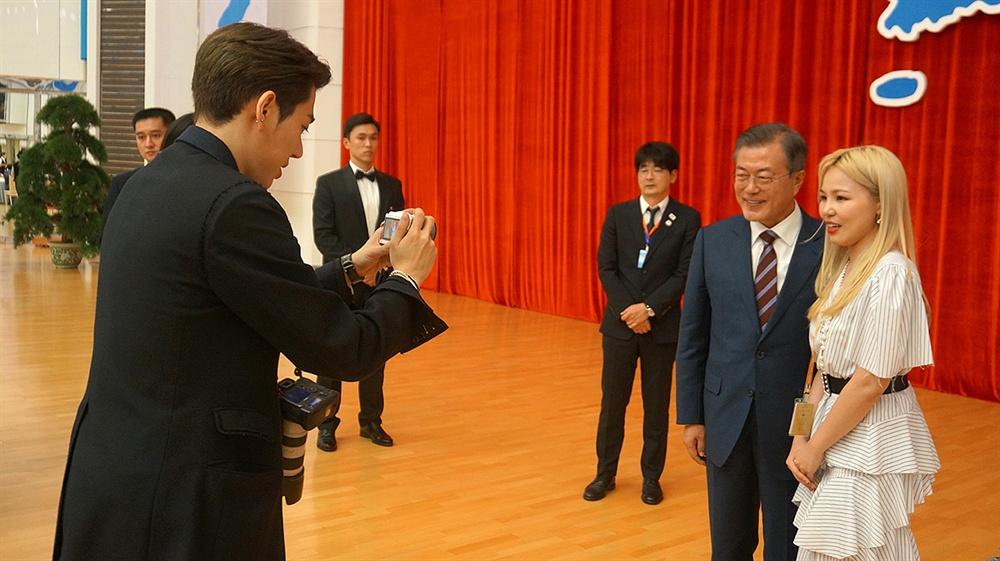 지코가 찍은 문재인 대통령과 알리 청와대가 지난 9월 평양에서 열린 남북정상회담 당시 사진 '평양 B컷 : 제가 찍어드릴게요'를 1일 공개했다. 문재인 대통령과 알리의 기념사진을 지코가 촬영하고 있다.
