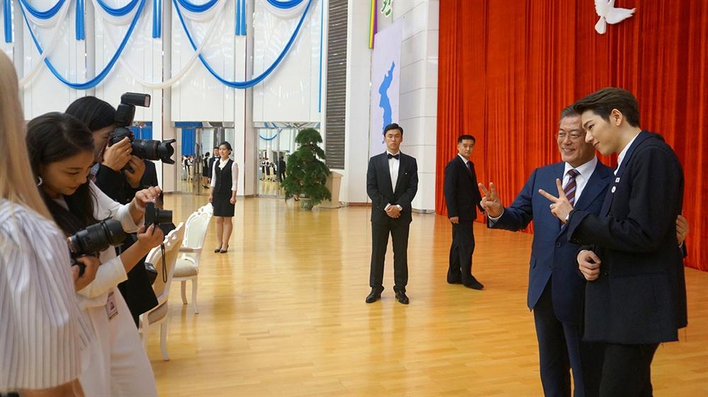 에일리가 찍어주는 문재인 대통령과 지코 기념사진 청와대가 지난 9월 평양에서 열린 남북정상회담 당시 사진 '평양 B컷 : 제가 찍어드릴게요'를 1일 공개했다. 문재인 대통령과 지코의 기념사진을 에일리가 촬영하고 있다.