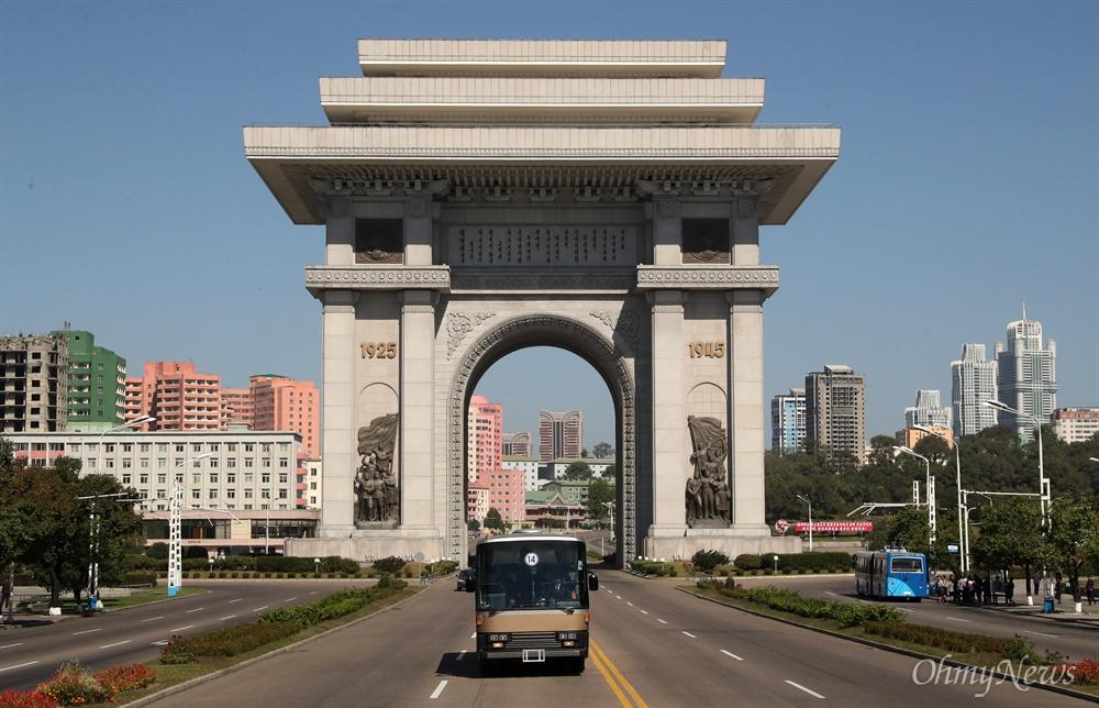 '10.4 선언 11주년 기념 민족통일대회' 남측 참석자들을 태운 버스가 4일 오전 평양 개선문을 지나고 있다.