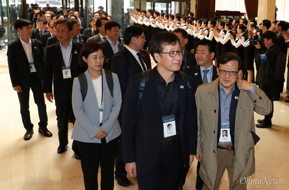 '10.4 선언 11주년 기념 민족통일대회' 참석자들이 4일 오전 평양 고려호텔에 도착해 북측 봉사원들의 환영을 받고 있다.