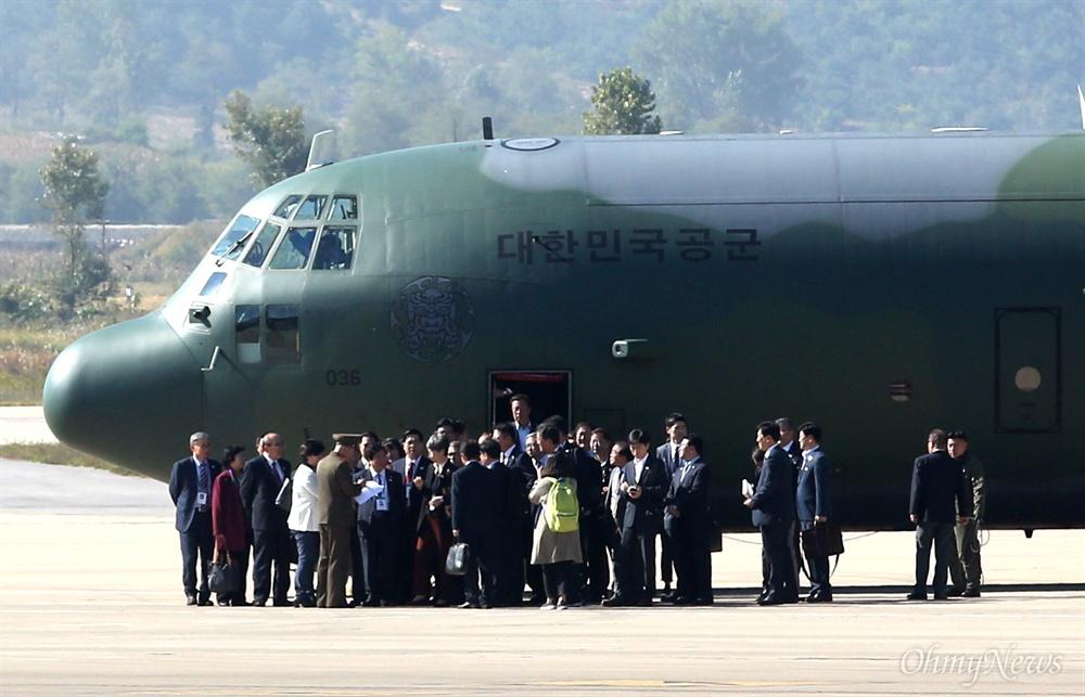 평양국제공항에 도착한 대한민국 공군기 '10.4 선언 11주년 기념 민족통일대회' 참석자들이 4일 오전 대한민국 공군기를 타고 평양 순안국제공항에 도착하고 있다.