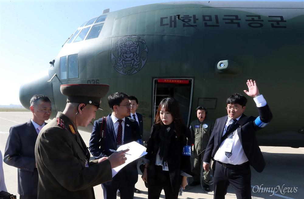4일 오전 '10.4 선언 11주년 기념 민족통일대회' 참석차 평양을 방문한 취재진이 주기장에서 입국심사를 받고 있다.