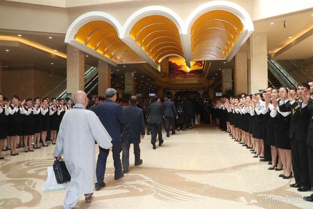 10.4선언 11주년 기념 민족통일대회에 참석을 위해 방북한 남측 대표단이 4일 오전 평양 고려호텔에 도착해 호텔 관계자들의 환영을 받고 있다.
