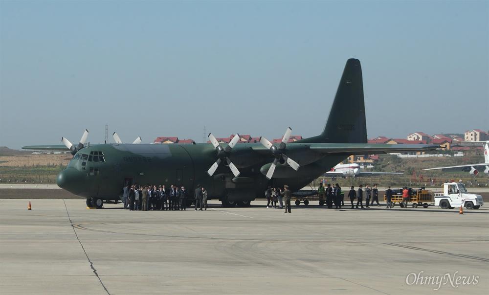 평양순안공항에 도착한 대한민국 공군기 4일 오전 평양에서 예정된 10.4선언 11주년 기념 민족통일대회에 참석하는 남측대표단이 평양 순안국제공항에 대한민국 공군기편으로 도착하고 있다.