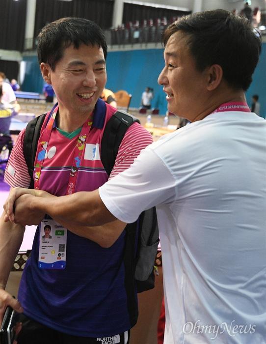 '2018 인도네시아 장애인아시아경기대회' 탁구 남자 TT6-7 단체전에 출전하는 남북 단일팀이 5일 오후(현지시간) 인도네시아 자카르타 이컨벤션에서 호흡을 맞췄다. 남측 문창주(왼쪽) 감독과 북측 리철웅 감독이 훈련에 앞서 인사를 나누고 있다.