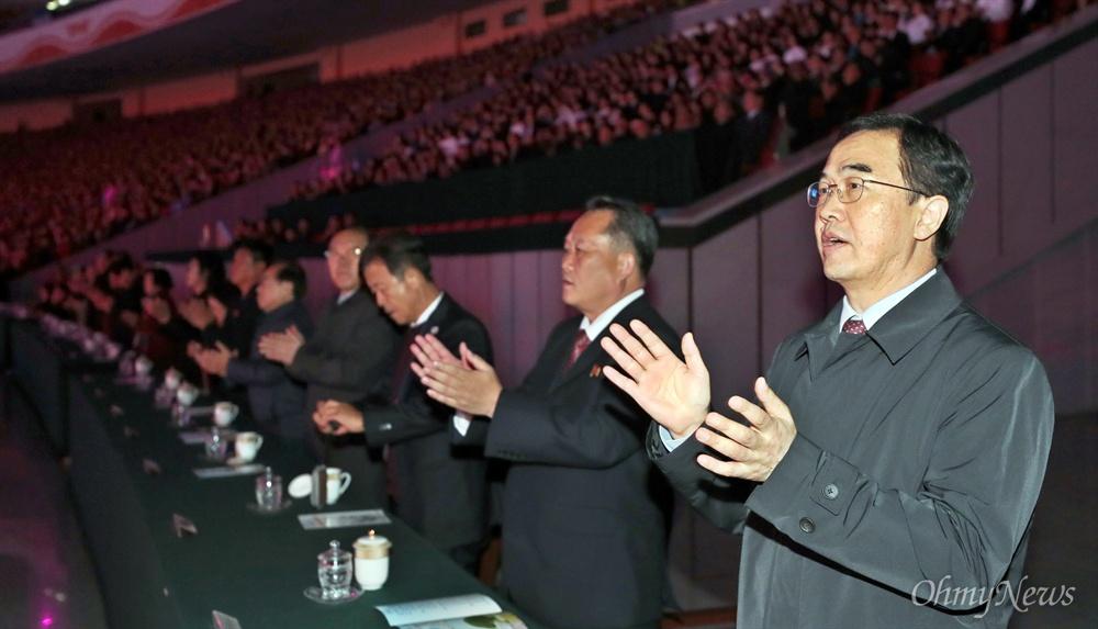 조명균 통일부 장관과 리선권 조국평화통일위원회 위원장이 5일 오후 평양 능라도 5.1경기장에서 열린 대집단체조와 예술공연 '빛나는 조국'에서 박수를 치며 '우리의 소원' 노래를 부르고 있다.