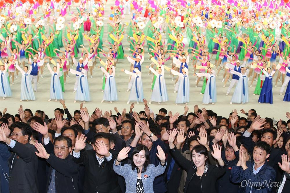 5일 오후 평양 능라도 5.1경기장에서 열린 대집단체조와 예술공연 '빛나는 조국'이 진행되고 있다. 10.4선언 11주년 기념행사 참석차 방북중인 남측대표단을 향해 공연 출연진과 평양 시민들이 손을 흔들며 환영하고 있다.