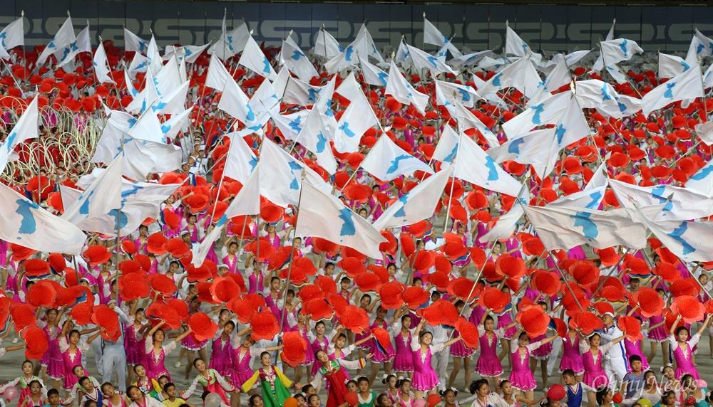 5일 오후 평양 능라도 5.1경기장에서 열린 대집단체조와 예술공연 '빛나는 조국'이 진행되고 있다.