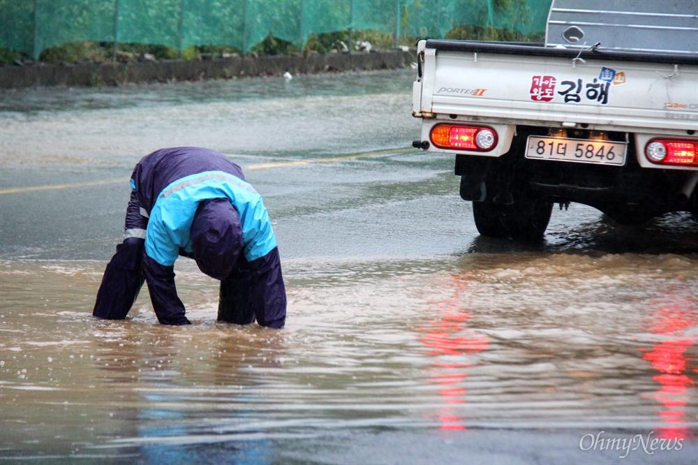 태풍 '콩레이'의 영향으로 10월 6일 오전 김해 장유지역 한 도로가 침수된 가운데, 배수 작업이 진행되고 있다.