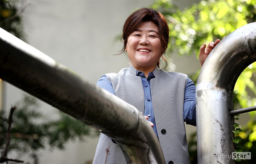 <미스터 션샤인>과 <아는 와이프>의 배우 이정은  tvN 드라마 <미스터 션샤인>의 함안댁과 <아는 와이프>의 우진 엄마 역의 배우 이정은이 8일 오전 서울 청담동의 한 카페에서 진행된 인터뷰에 앞서 포즈를 취하고 있다.