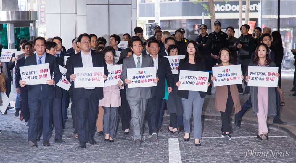 자유한국당 의원들과 당직자들이 18일 오후 서울시청 후문에서 서울교통공사 '특혜입사' 논란을 규탄하는 기자회견을 하기 위해 피켓을 들고 본청으로 향하고 있다.