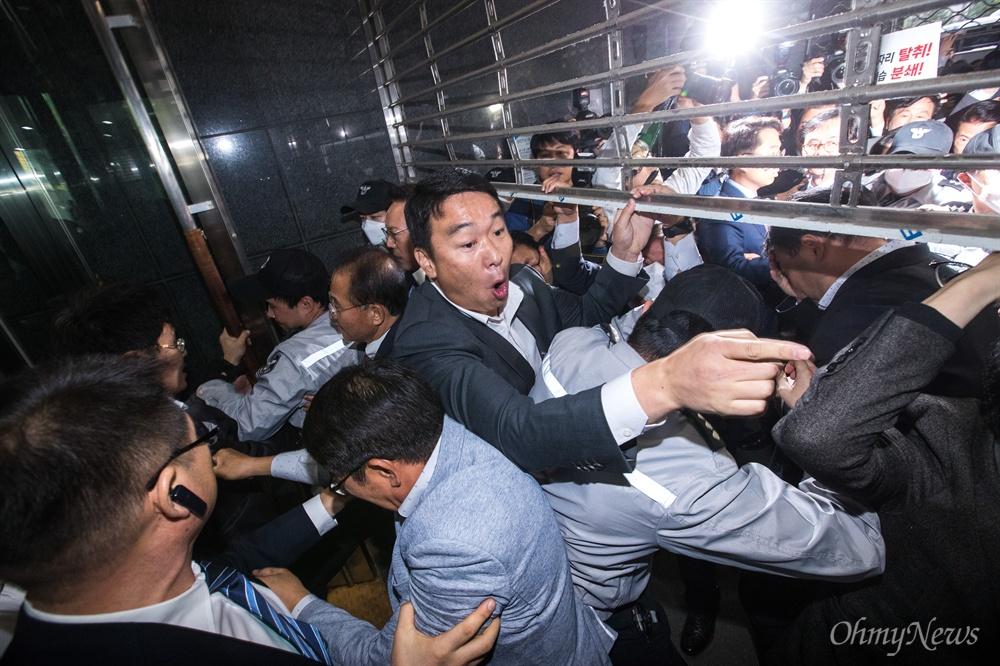 자유한국당 의원들과 당직자들이 18일 오후 서울시청 후문에서 서울교통공사 '특혜입사' 논란을 규탄하는 기자회견 하기 위해 본청으로 들어가려고 하자 입구를 차단해 시 관계자들과 대치하고 있다.