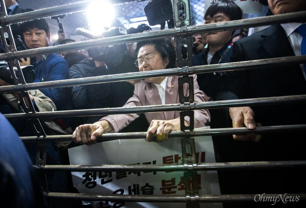 자유한국당 이은재 의원이 18일 오후 서울시청 후문에서 서울교통공사 '특혜입사' 논란을 규탄하는 기자회견 하기 위해 본청으로 들어가려고 하자 입구를 차단해 시 관계자들에게 항의를 하고 있다.