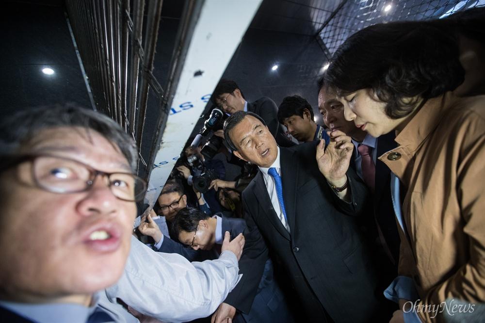 자유한국당 홍문표, 전희경 의원이 18일 오후 서울시청 후문에서 막혔던 입구가 임시로 열리자 서울교통공사 '특혜입사' 논란을 규탄하는 기자회견 하기 위해 본청으로 들어가고 있다.