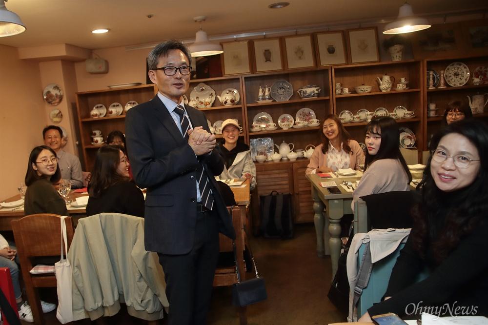 <우리도 사랑할 수 있을까> 저자 오연호 <오마이뉴스> 대표가 20일 오후 서울 중구 정동 한 카페에서 열린 <우리도 사랑할 수 있을까> 독후감 대회 시상식에서 덴마크의 행복한 삶에 대해 이야기를 나누고 있다.