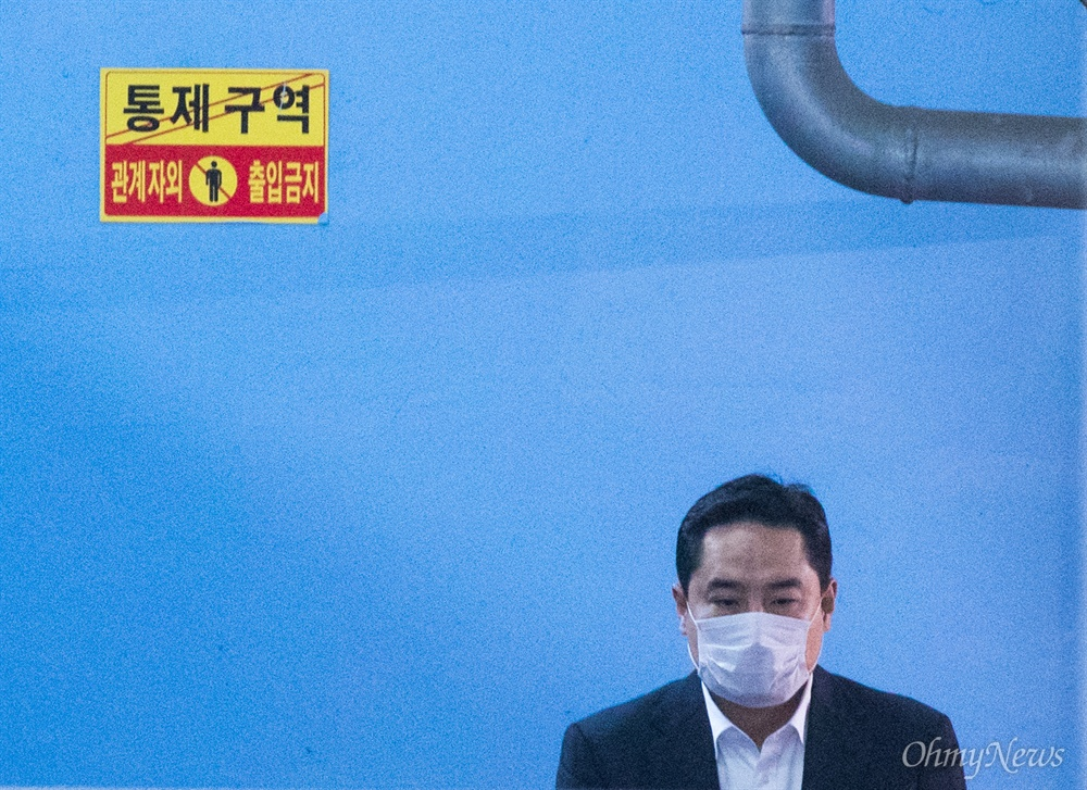 국회의원 출신 강용석 변호사가 24일 오후 서울 서초구 서울중앙지법에서 사문서 위조 혐의로 1심에서 징역 1년을 선고받고 법정구속되어 호송차로 향하고 있다.
