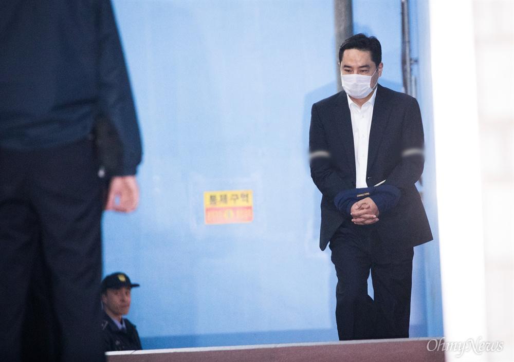 법정구속된 강용석 국회의원 출신 강용석 변호사가 24일 오후 서울 서초구 서울중앙지법에서 사문서 위조 혐의로 1심에서 징역 1년을 선고받고 법정구속되어 호송차로 향하고 있다.