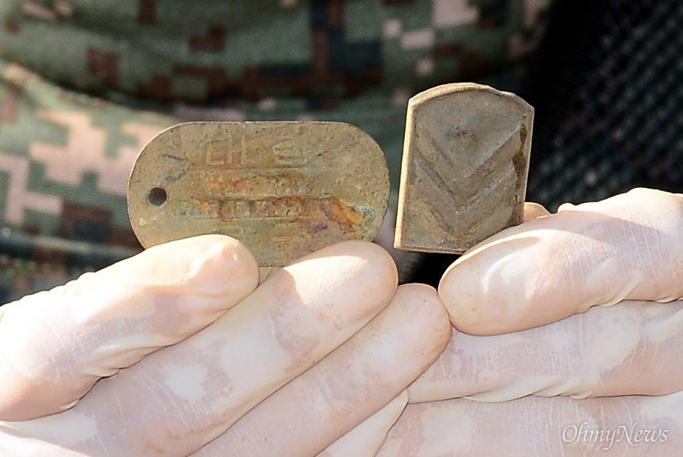 25일 오전 강원도 철원군 철원읍 백마고지 인근 화살머리고지에서 국방부 유해발굴감식단원들이 6.25 당시 전투에서 숨진 국군 유해를 발굴하여 수습하고 있다.