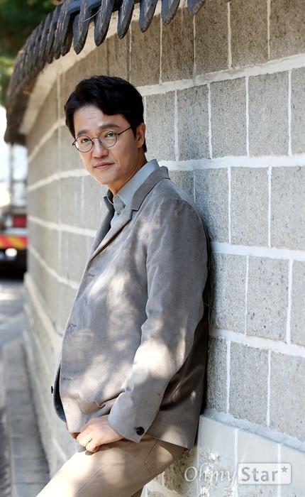 '백일의 낭군님' 배우 조한철 tvN 월화드라마 <백일의 낭군님>의 배우 조한철이 31일 오전 서울 효자동의 한 카페에서 진행된 인터뷰에서 포즈를 취하고 있다.