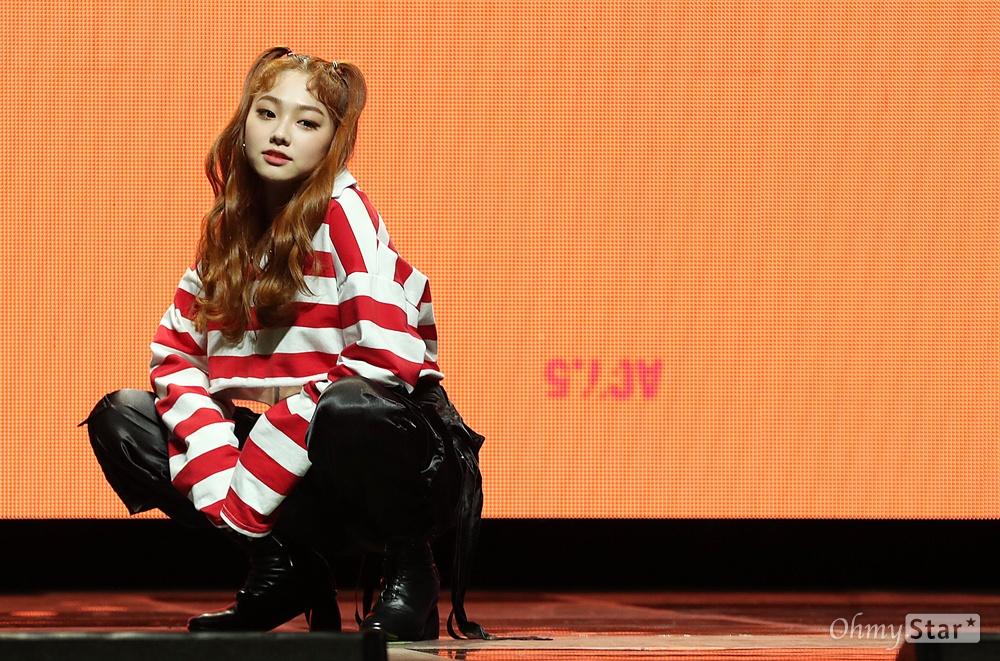 '구구단' 미나, 귀여운 냥이처럼 걸그룹 구구단의 미나가 6일 오후 서울 광장동의 한 공연장에서 열린 세 번째 미니앨범 < Act.5 New Action > 발매 쇼케이스에서 포토타임을 갖고 있다.< Act.5 New Action >은 다양한 매력과 개성을 가진 여성들이 모여 당당한 활약상과 존재감을 통해 하나의 목적을 완성하고 더 큰 시너지 효과를 만들어 내는 영화 '오션스8'의 의미를 구구단만의 색채로 담아낸 앨범이다.