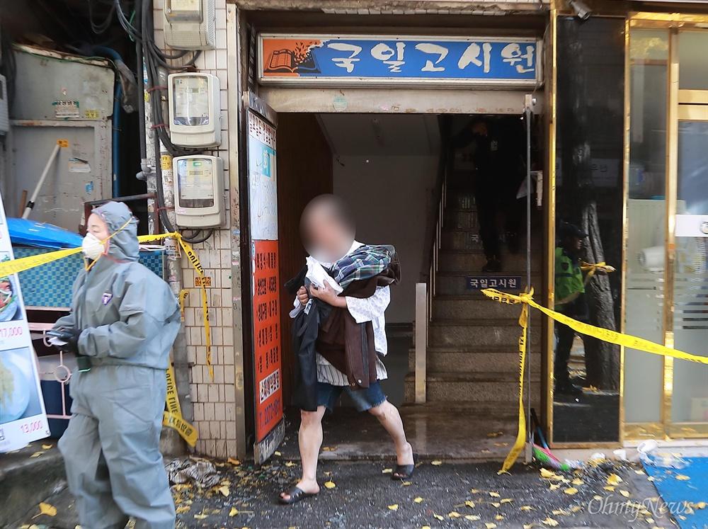 불 탄 고시원에서 옷가지 챙겨 나오는 생존자 9일 오전 서울 종로구 관수동 한 고시원에서 화재가 발생해 10여명의 사상자가 발생했다. 화재를 피해 탈출한 고시원 생활자가 환자복을 입은 채 불탄 고시원에 들어가 옷가지를 챙겨나오고 있다.