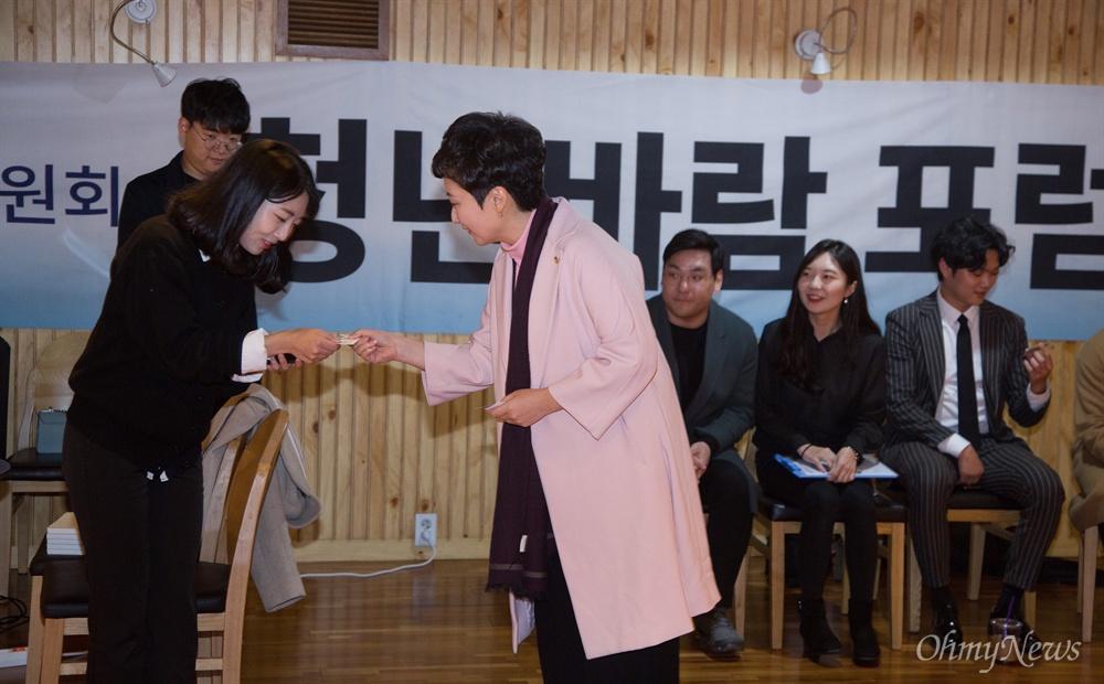이언주 의원 자유한국당에서 강연 바른미래당 이언주 의원이 9일 오후 서울 서초구 방배동 유중아트센터에서 열린 자유한국당 청년특위 '+청년바람 포럼'에서 '나는 왜 싸우는가, 한국 우파의 혁명이 필요하다'를 주제로 강연하고 있다.