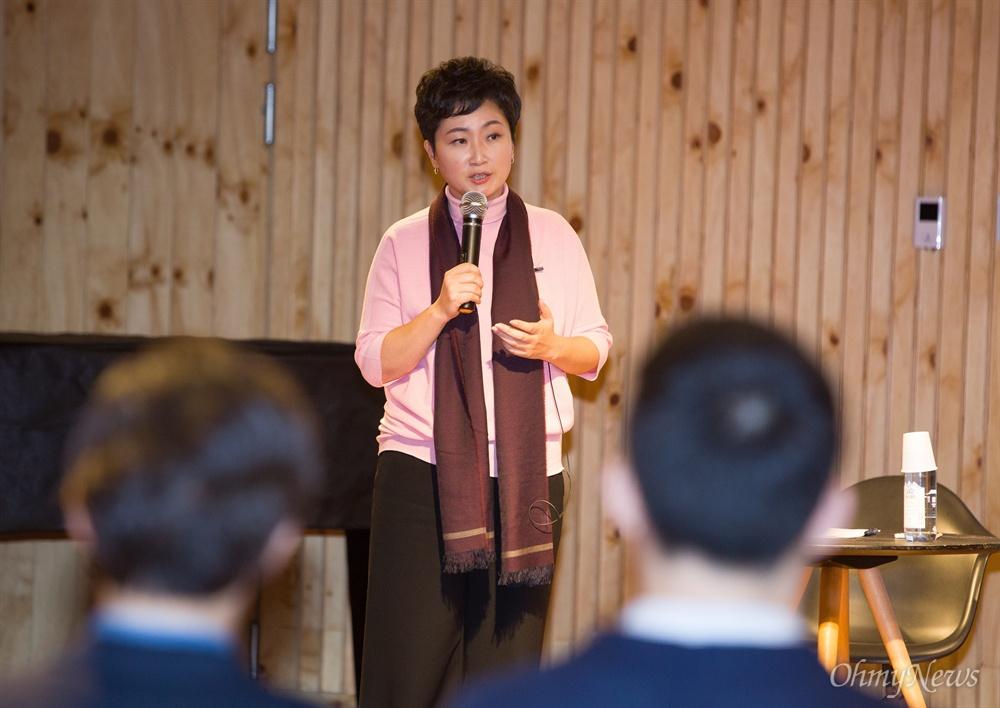 이언주 의원, 자유한국당 행사 참석 바른미래당 이언주 의원이 9일 오후 서울 서초구 방배동 유중아트센터에서 열린 자유한국당 청년특위 '+청년바람 포럼'에서 '나는 왜 싸우는가, 한국 우파의 혁명이 필요하다'를 주제로 강연하고 있다.
