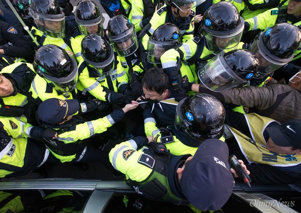 민주노총 비정규직 노동자들이 12일 오후 서울 종로구 정부서울청사 앞에서 청와대로 비정규직 100인 대표단과 문재인 대통령의 직접 면담을 요구 행진을 하던 중 천막농성을 저지한 경찰과 충돌하고 있다.