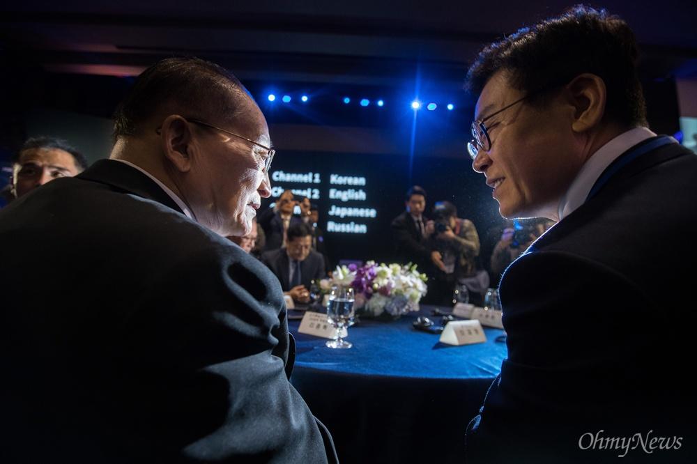 이재명 경기도지사와 리종혁 조선아시아태평양평화위원회 부위원장이 16일 오후 경기도 고양 엠블호텔에서 열리는 2018아시아태평양평화-번영을 위한 국제대회에 참석해 대화를 하고 있다.