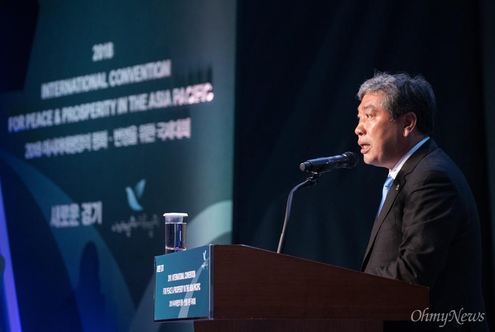 송한준 경기도의회 의장이 16일 오후 경기도 고양 엠블호텔에서 열리는 2018아시아태평양평화-번영을 위한 국제대회에 참석해 축사를 하고 있다.